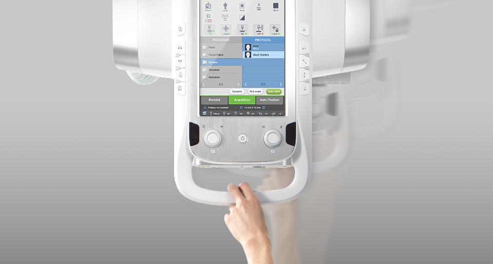 Ein Finger bewegt die Röhreneinheit des digitalen Röntgensystems GC85A von Samsung.